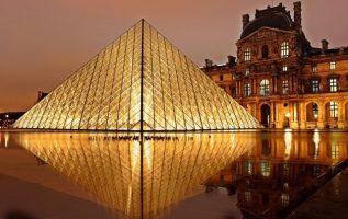 Fotografía de la pirámide del Louvre iluminada por la noche